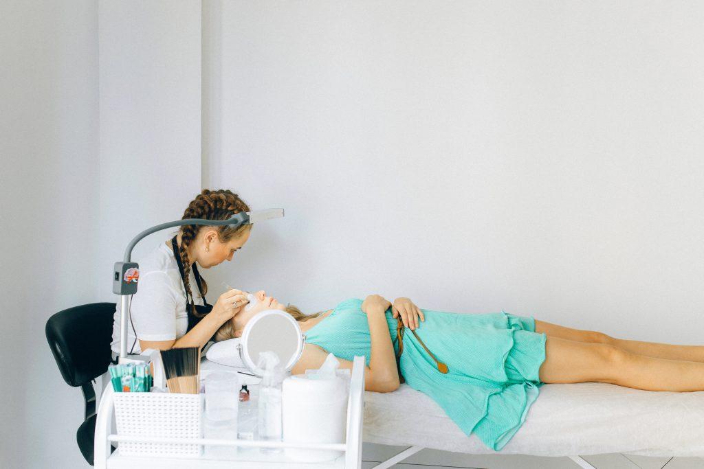 Skjønnhetspleie er en luksus de fleste av oss unner oss innimellom, og det er vel ingenting som gir større velværefølelse enn en time hos frisøren eller hudpleieren. Men hvordan vet du at du handler riktig?